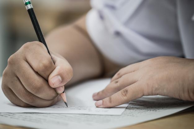 etudiant-prenant-examens-passant-examen-ecrit-papier-reponse-sous-forme-optique-test-normalise_4236-1287